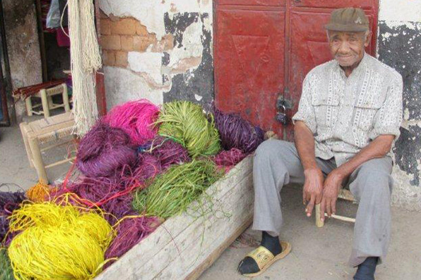 OLD MAN SELLING RAFFIA