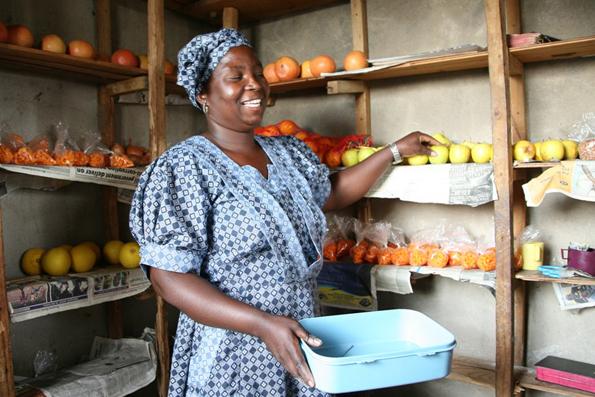 Thembi hat vom Marulageld Waren fuer ihren Laden gekauft und macht mehr Umsatz