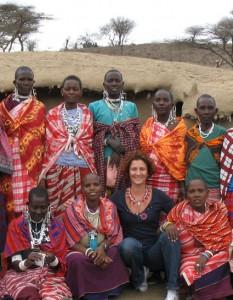 Francesca Torrri Soldini assieme alle donne di Tanzania Masaai Women Art