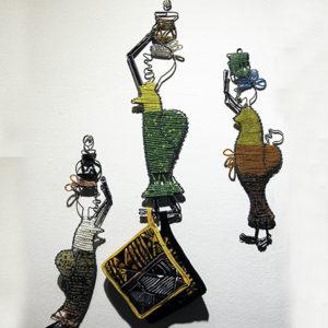 Donne in perline di vetro con cesti