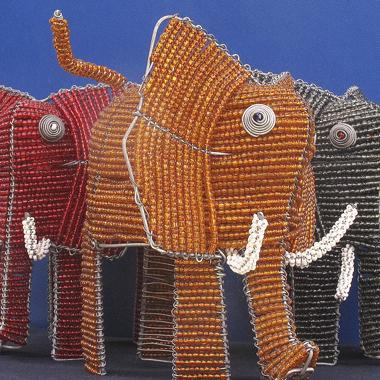 Elefante in perline di vetro e filo di ferro