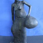 Scultura di donna Shoni con otre - Tendai Dlamini